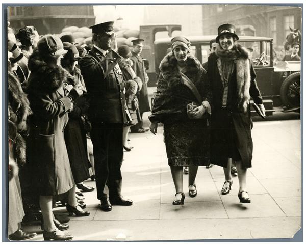 La Reina Soraya y Lady Humphry visitando Olympia (Londres) 1928