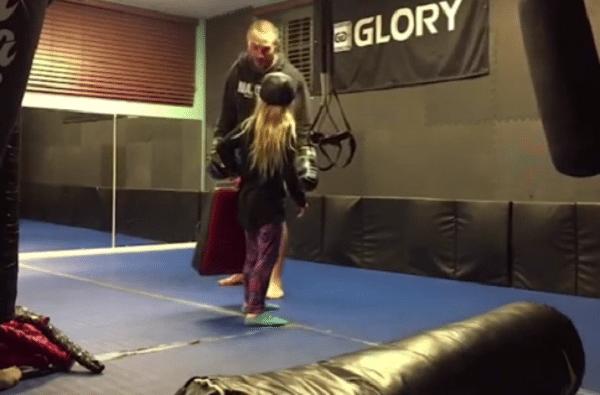 meisje kickbox trap onderuit sissy