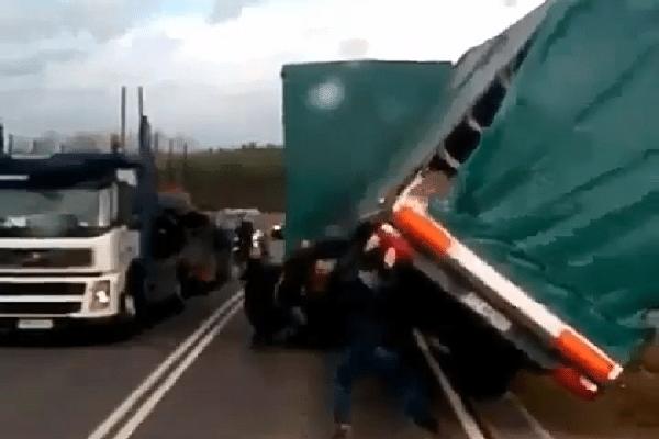 truck vrachtwagen camion trailer omver recht trekken
