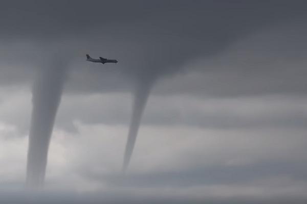 waterhoos vliegtuig tornado