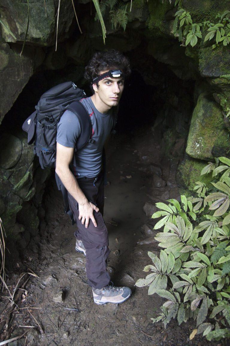 Adam před jeskyní