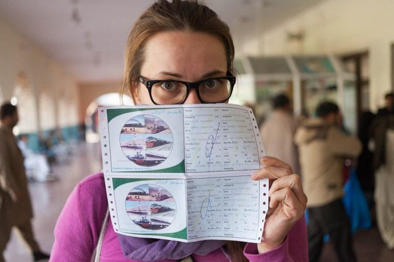 Ivanka s listky na vlak do Rawalpindi