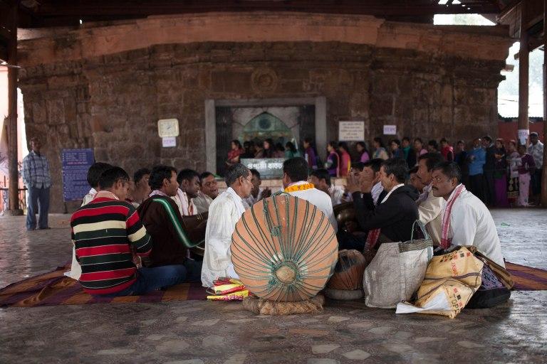 Muzikanti před chrámem