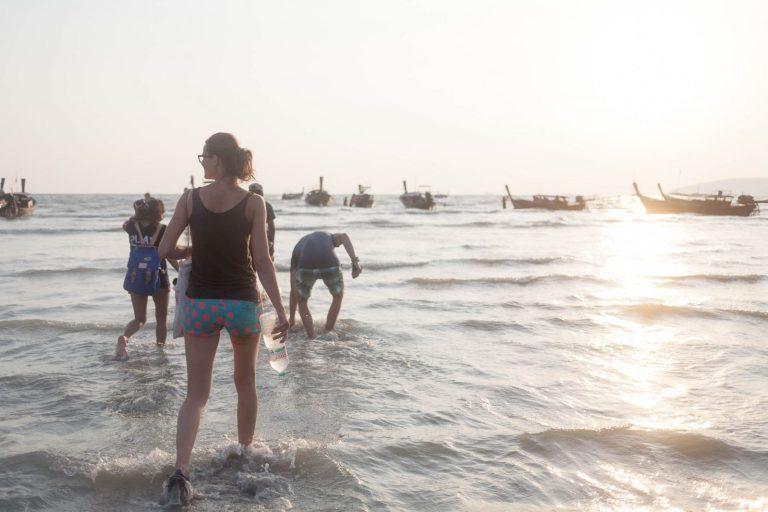Ivanka běží na loď na pláži Railey
