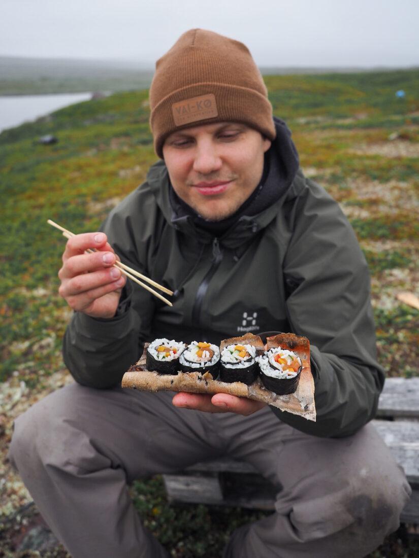 Sushin valmistusta erämaassa
