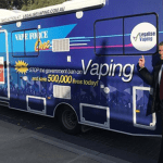 AUSTRALIE : A bord de son bus, un sénateur tente de défendre l'e-cigarette.