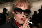 """PEOPLE : Arielle Dombasle préfère ses """"vraies cigarettes"""" au vapotage !"""