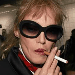 """אנשים: אריאל Dombasle מעדיף אותה """"סיגריות אמיתיות"""" כדי vaping!"""