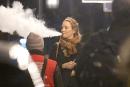 ЛЮДИ: Актриса Ума Турман делает большие облака со своей электронной сигаретой в Лондоне.