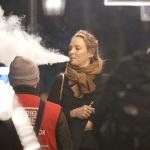 אנשים: השחקנית אומה תורמן עושה עננים גדולים עם הסיגריה האלקטרונית שלה בלונדון.
