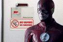 LEUTE: Grant Gustin erhält eine Warnung, dass er seine E-Zigarette im Flugzeug benutzen darf!