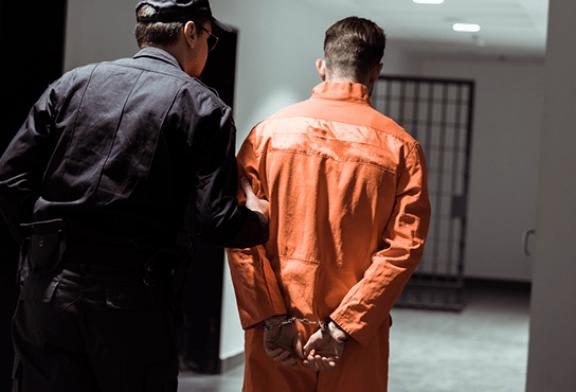 DERECHA: ¡1 meses de prisión por robar un cigarrillo electrónico en una tabaquería!
