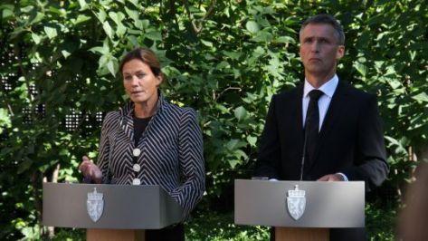 Statsminister Jens Stoltenberg og Alexandra Bech Gjørv bak hver sin talerstol i hagen i Parkveien 45.