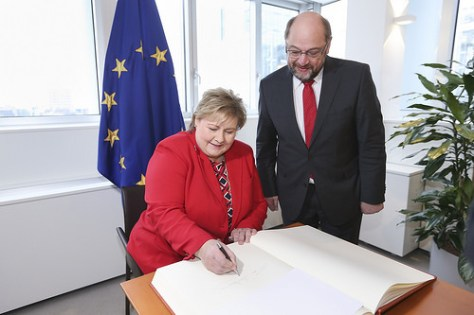 PM Solberg signs Golden Book