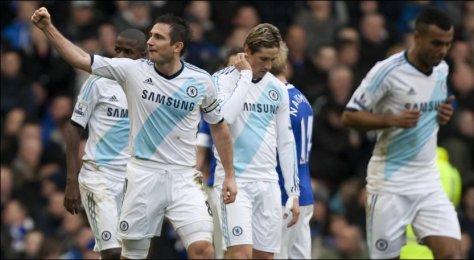 LAMPARD-DOBBEL: Frank Lampard jubler for scoring, etter å ha blitt gratulert av Fernando Torres og Ashley Cole. Foto: Jon Super, Ap
