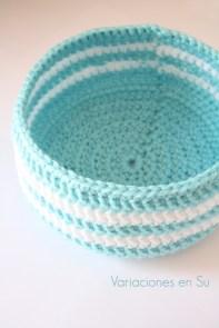 cesta-de-ganchillo-azul-blanca