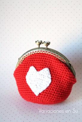 monedero-ganchillo-rojo-con-corazón-blanco-1