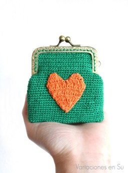 monedero-ganchillo-verde-corazón-naranja-1