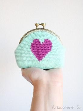 monedero-ganchillo-azul-con-corazón-violeta-1
