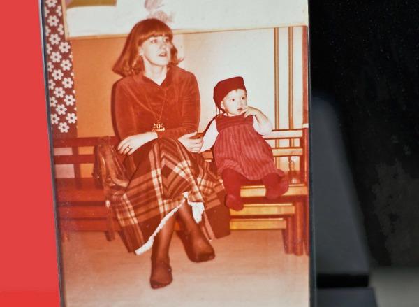 Nuori ylihoitaja, 32 vuotta, tyttärensä kanssa. Kuva: Virtasen kotiarkisto.