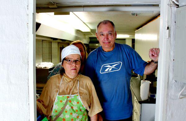 Sirpa, Liisa ja Sergei ovat vapaaehtoistyössä Jeesus-kahvilan keittiössä ja muissa tehtävissä.