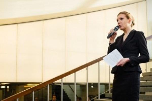 Suomen kirjallisuuden professori Mari Hatavara painotti puheessaan, että tulevaisuus vaatii koulutukseen, tutkimukseen ja tieteeseen panostamista.