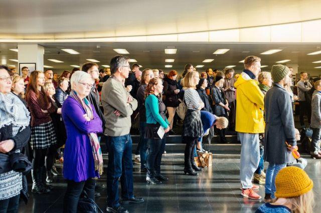 Tampereen yliopiston päärakennuksen aula täyttyi eilen mielenilmauksen osallistujista.