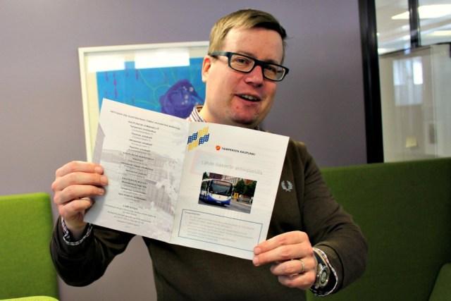 Apulaispormestari Mikko Aaltonen ja uunituore aktiivipassin esite huhtikuussa 2015.