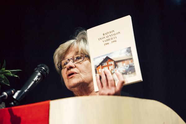 Vammalan Vasemmistoliiton sihteeri Anja Säiniö johdatti yleisön Raivion työväenyhdistyksen ja historiaan, Työväentalon historiikki on julkaistu 1996.