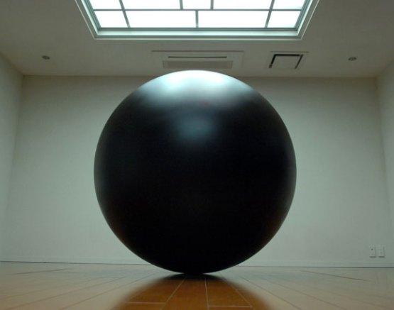 Pedazo bola negra al rincón.