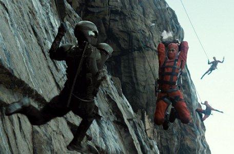 Ninjas colgados como micos en las montañas