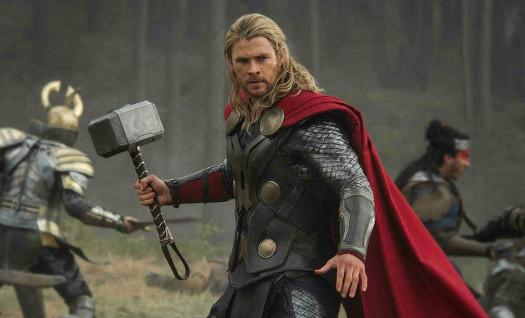 Thor jugando al escondite inglés