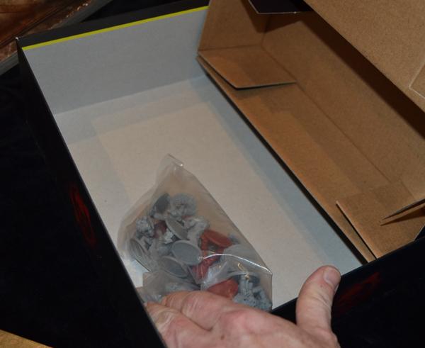 La bolsa del tesoro se esconde bajo el cartón.
