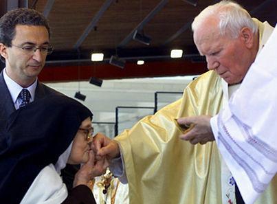 Une photo bizarre de « sœur Lucie » baisant la main de Jean-Paul II immédiatement après avoir reçu la « Communion »