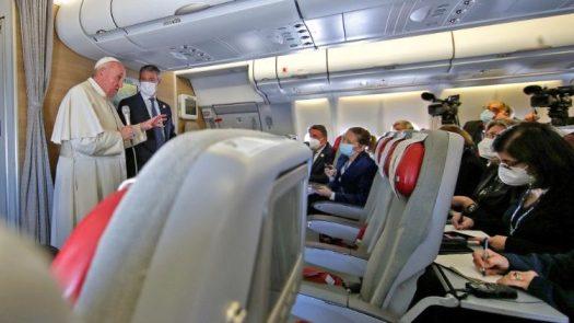 イラクからの帰国便機内で記者団と話す教皇フランシスコ 2021年3月8日