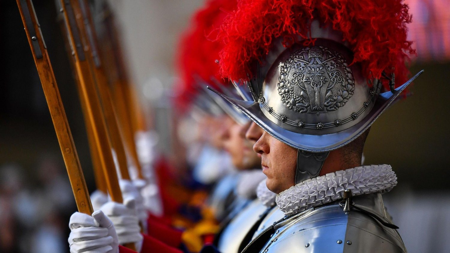 Pope Francis greets new Swiss Guard recruits - Vatican News