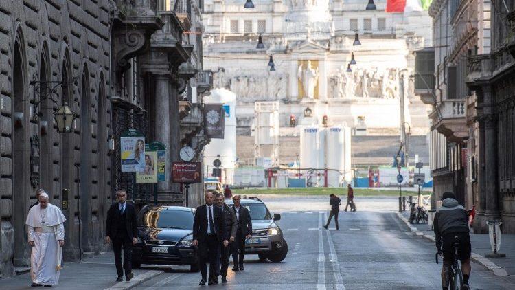 ĐTC đi như người hành hương đến nhà thờ Thánh Marcello
