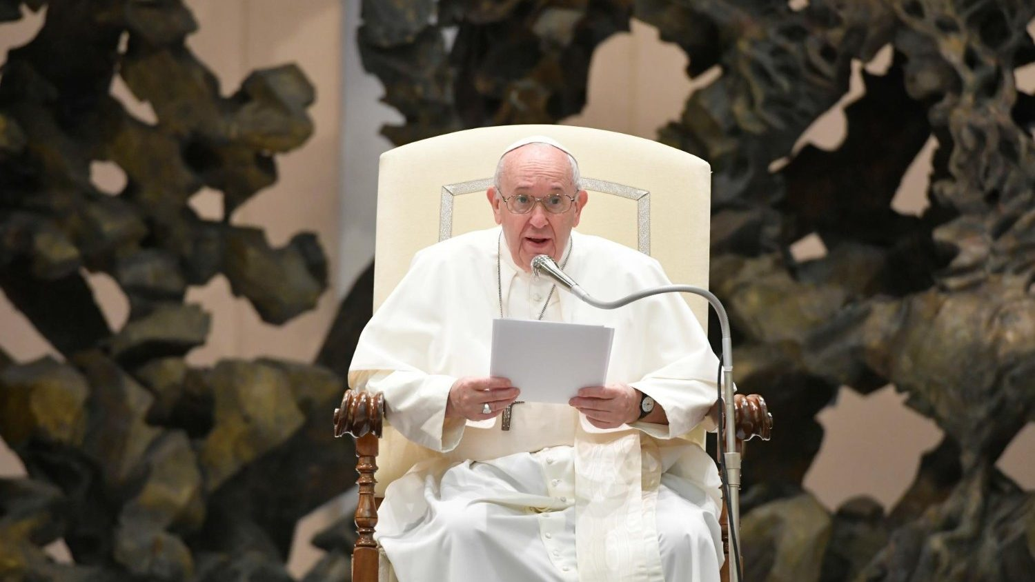 Pope at Audience: God remains near to us in suffering when we pray - Vatican News