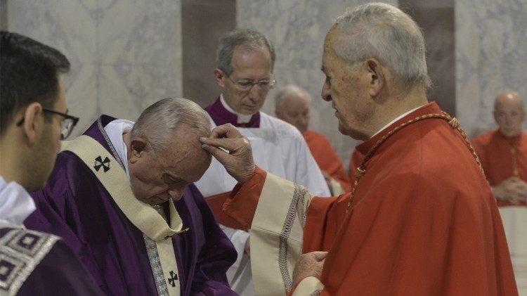 Papa Francisco durante a missa de imposição das cinzas na Basílica de Santa Sabina