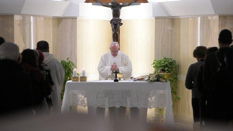 Papa preside missa todas as manhãs na capela de sua residência