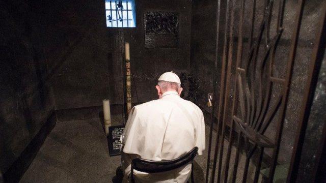 アウシュヴィッツ=ビルケナウ強制収容所の聖コルベ神父の牢で祈る教皇フランシスコ 2016年7月