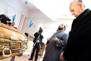 Bergoglio, ahora Antipapa Francisco, se detuvo a orar </br>frente al ataúd de un musulmán muerto