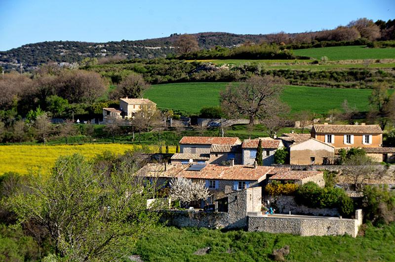 Murs vilage des Monts de Vauclusegalerie photos et visite virtuelle a 360 du Village video de