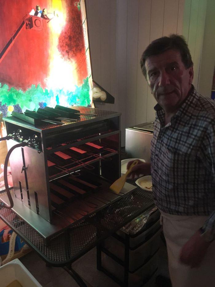 Hier der Held des Abends! Markus Hasler (Lazis Schwieger- und Rebeccas Papi) hat etwa 150 Portionen des legendären Raclettekäses von Hasis Alphütte (Petis Herbschtmäss) geschmolzen. Es war sensationell! Vielen Dank.