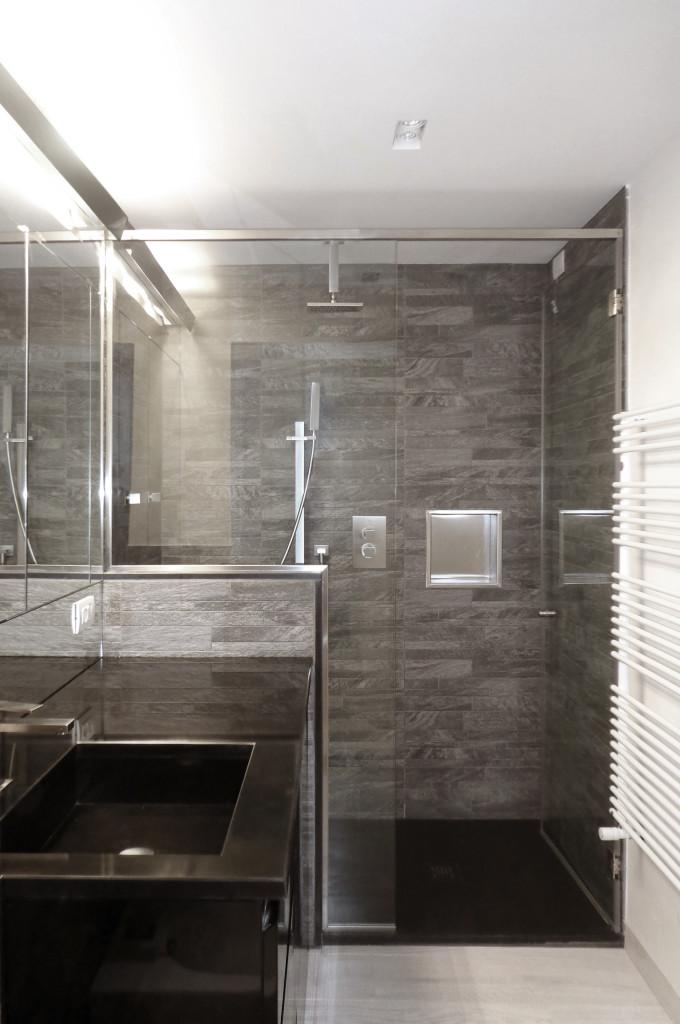 Bagno con grande doccia in muratura a  filo pavimento