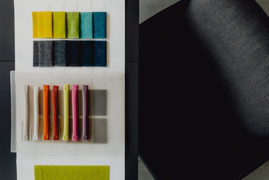 Arredare casa da zero: campioni di stoffe e colori