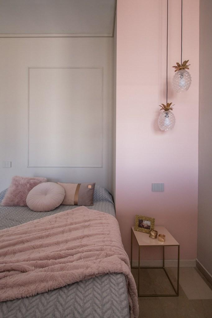 Illuminazione nelle micro case: camera da letto con vista del letto e del comodino e di due lampade a sospensione a forma di ananas
