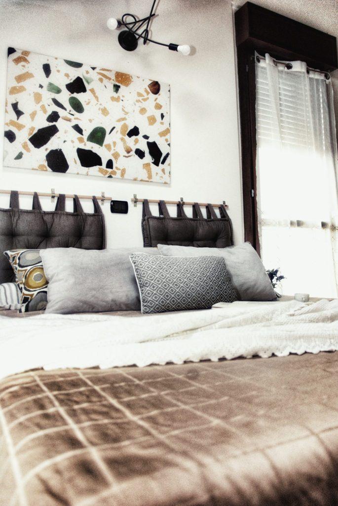 Letto matrimoniale fatto con pallet e quadro moderno per la camera da letto a tema terrazzo