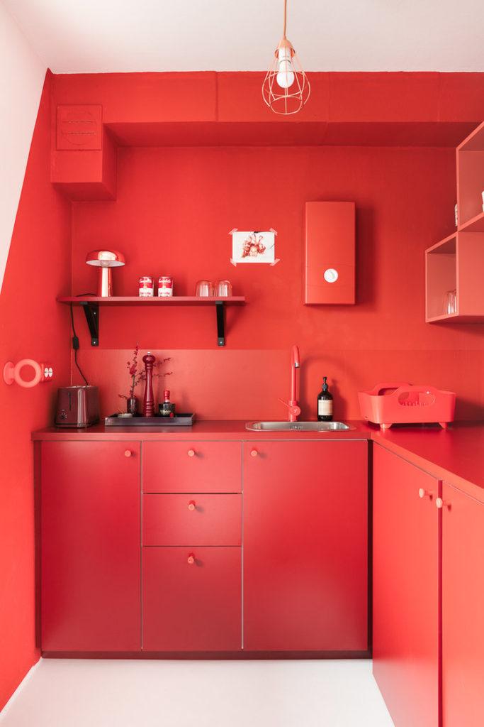 usare il rosso per arredare una mini cucina
