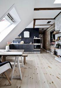arredare una mansarda open space con parquet di pino e arredi bianchi e neri